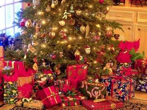 Karácsonyfa alatt ajándékok