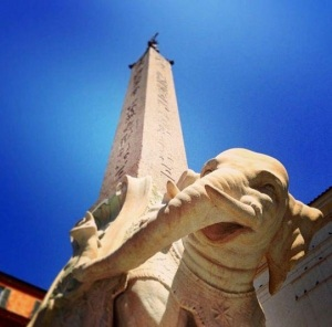 A S. Maria sopra Minerva templom előtti téren a Minerva csirkéjeként emlegetett vidám elefánton álló római obeliszk