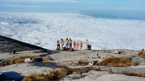 Vetkőző turisták a Kinabalu hegyen